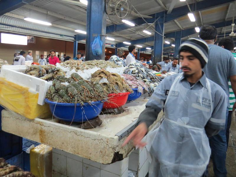 Рыбный базар Дубай На счетчике в гадах тазов морских Продавцы суетятся вокруг стоковая фотография rf