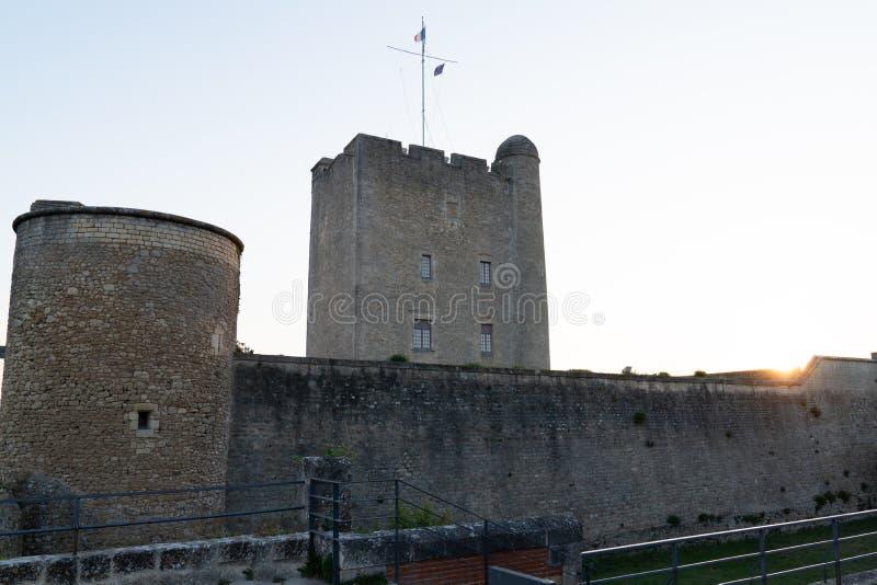Рыбный порт узкого залива старый защитил 2 средневековыми башнями в La Rochelle Франции стоковые фото
