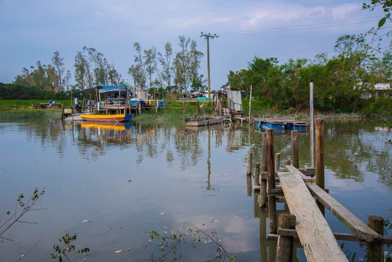 рыбоводческое хозяйство деревянного моста стоковое фото