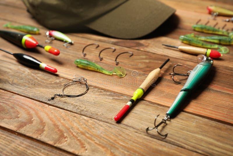 Рыболовные снасти на деревянном столе стоковая фотография