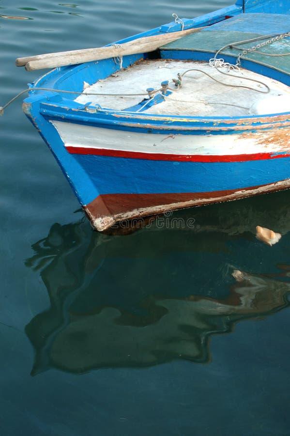 рыболовство покрашенное шлюпкой стоковые изображения rf