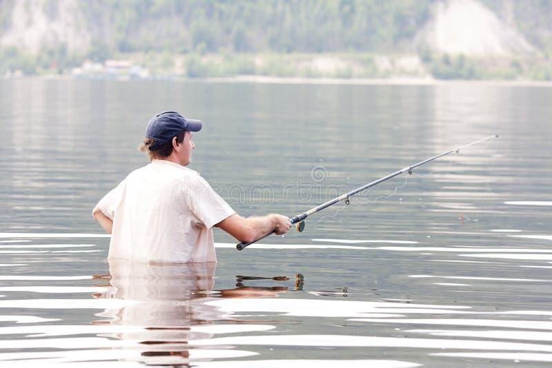 Рыболовство человека в реке стоковые фото