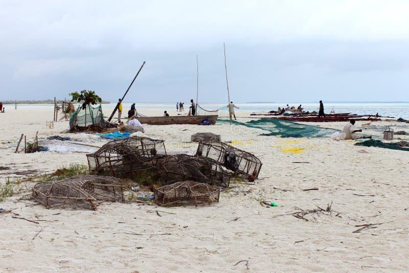 Рыболовы ловя сетью после дня в океане стоковое изображение