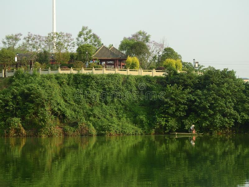 Рыболовы, павильоны берега озера и жилые районы стоковая фотография rf