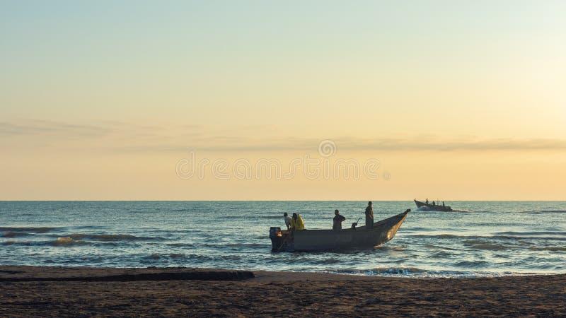 Рыболовы подготавливают пойти к морю стоковое фото rf