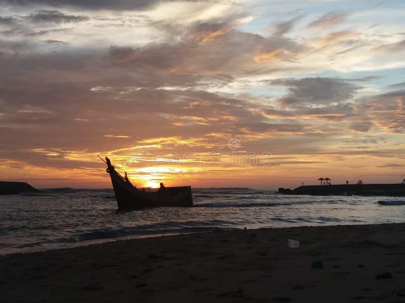 Рыболовы приходя домой от моря стоковое фото rf