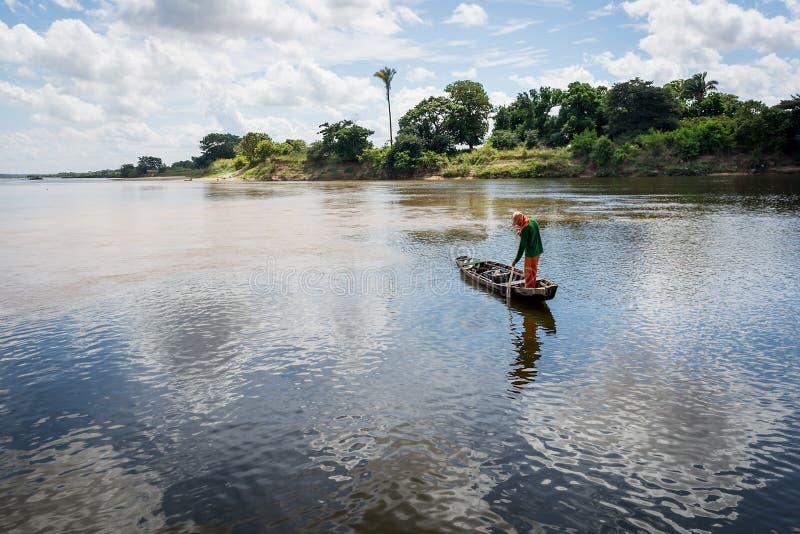 Рыболов в реке стоковые фотографии rf