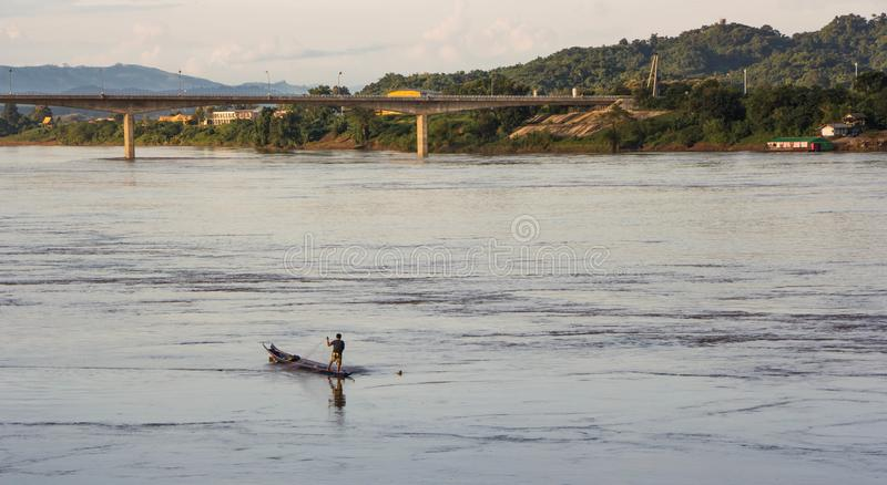 Рыболов в шлюпке, реке северном Таиланде Khong стоковое фото