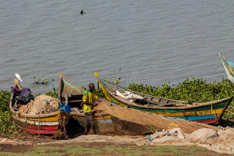 Рыболов на береге в шлюпке, Африке Lake Victoria стоковое фото rf