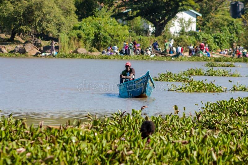 Рыболов на береге в шлюпке, Африке Lake Victoria стоковые фото