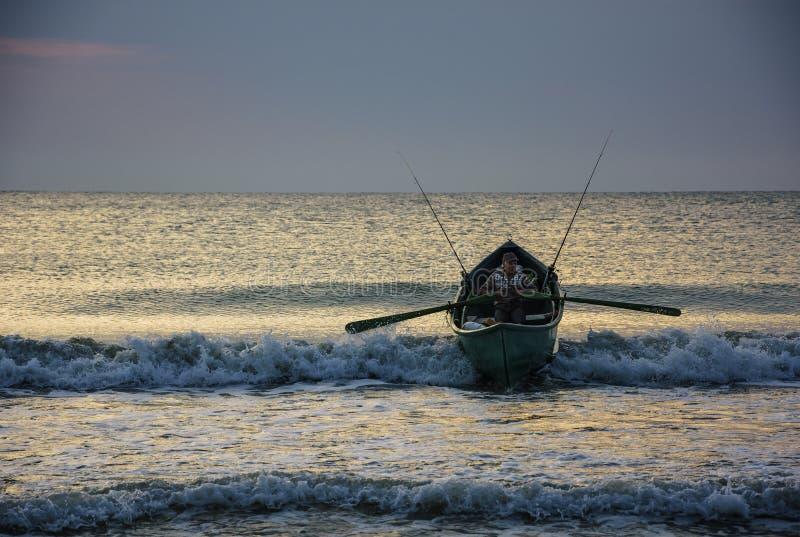 Рыболов на восходе солнца на Чёрном море, Румынии стоковое изображение rf