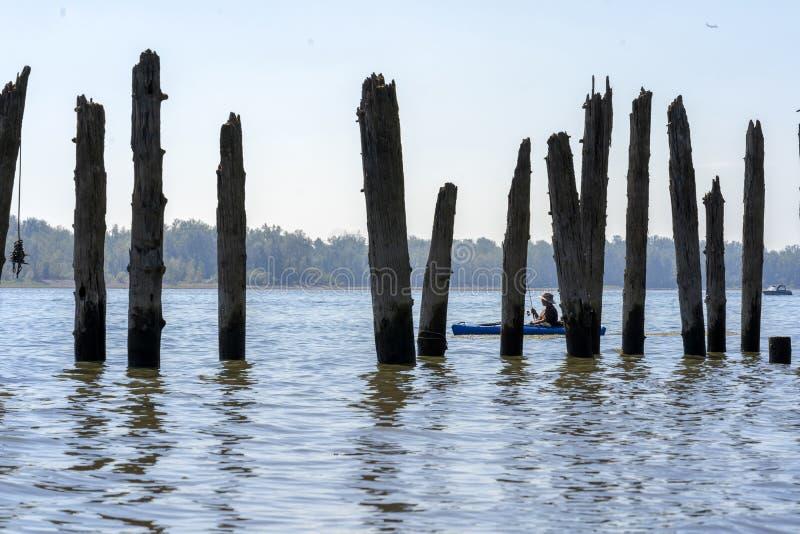 Рыболов на каяке на Реке Колумбия в ветрилах ущелья Колумбии стоковые фотографии rf