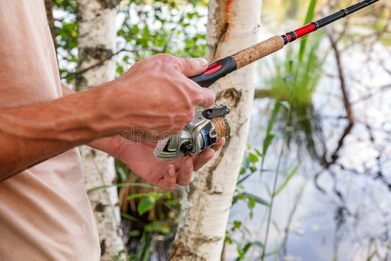 Рыболов на озере иллюстрация штока