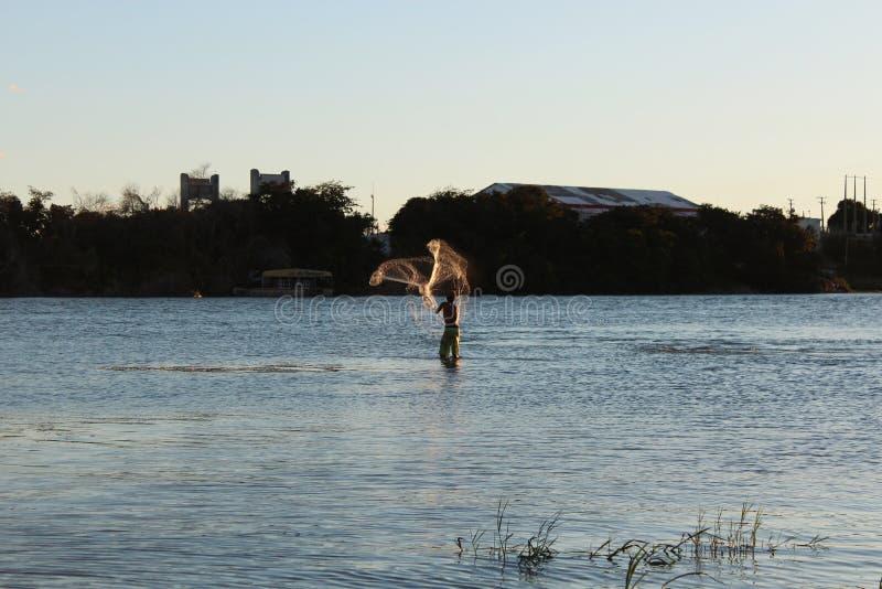 Рыболов на реке São Франсиско, Petrolina, Pernambuco, Бразилия стоковые фото