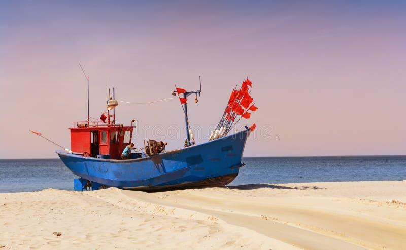 Рыболов на шлюпке, море Balltic, тонизировать цвета прикладной стоковое фото
