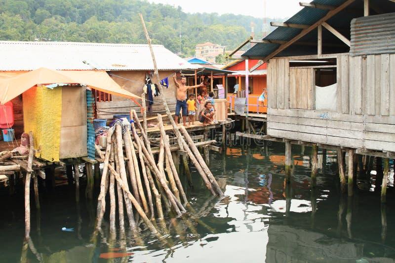 Рыболов папуасския с семьей в Manokwari стоковая фотография