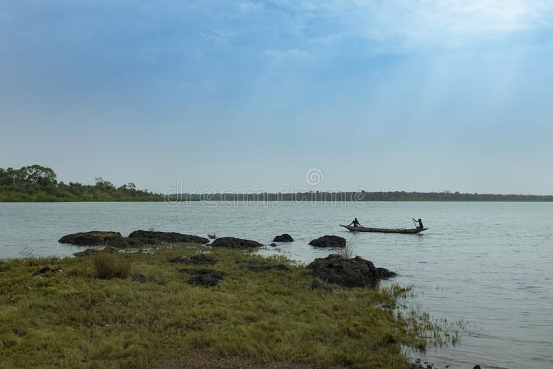 Рыболов Wo молодой в традиционном каное fishin около деревни Quinhamel в Гвинее-Бисау стоковые изображения