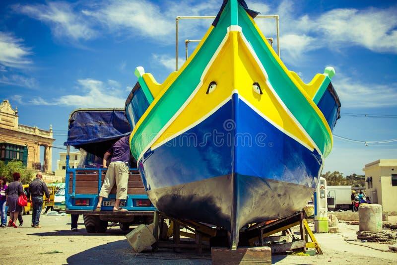 Рыболовецкое судно традиционного мальтийсного luzzu стоковая фотография rf
