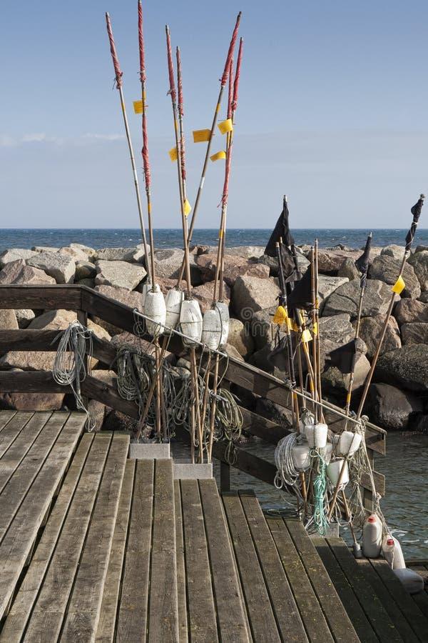 Download Рыболовные принадлежности на волнорезе Стоковое Изображение - изображение насчитывающей утесы, древесина: 37925385