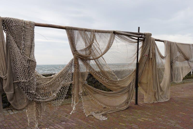 Рыболовные сети вися вне для того чтобы высушить стоковые изображения rf