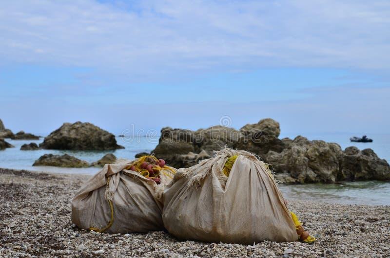 рыболовные сети на пляже стоковые изображения rf