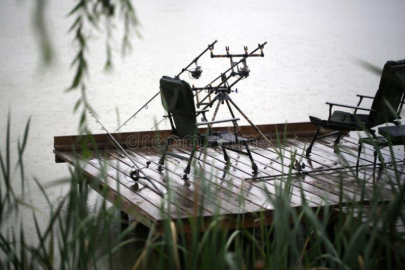 Рыболовные снасти внешние в дожде стоковые фото