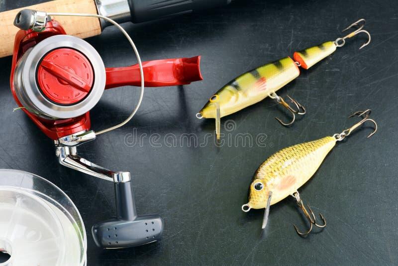 Рыболовные снасти - закручивать рыбной ловли, удя линия, крюки и Wobblers на предпосылке стоковые фотографии rf