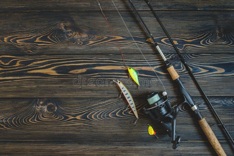 Рыболовные снасти на деревянной таблице тонизированное изображение стоковое фото