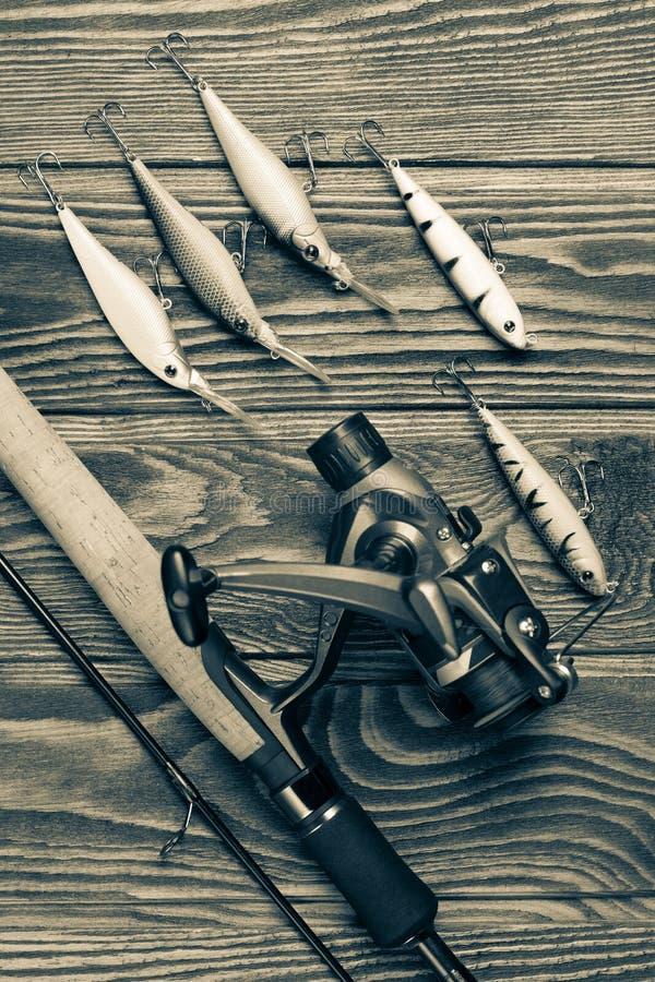 Рыболовные снасти на деревянной таблице стоковые фотографии rf