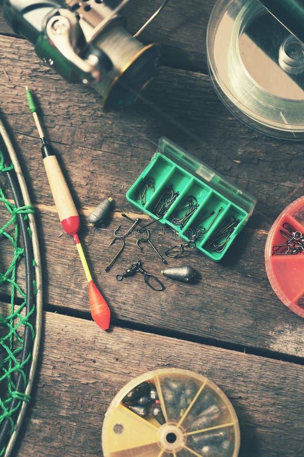 рыболовные снасти на старом деревянном столе стоковая фотография