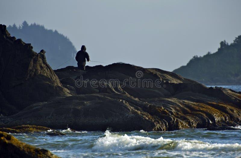 Рыболовство океана от утеса стоковые фотографии rf