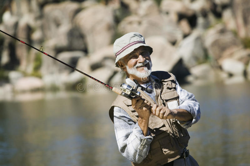 Рыболовство старшего человека стоковые изображения