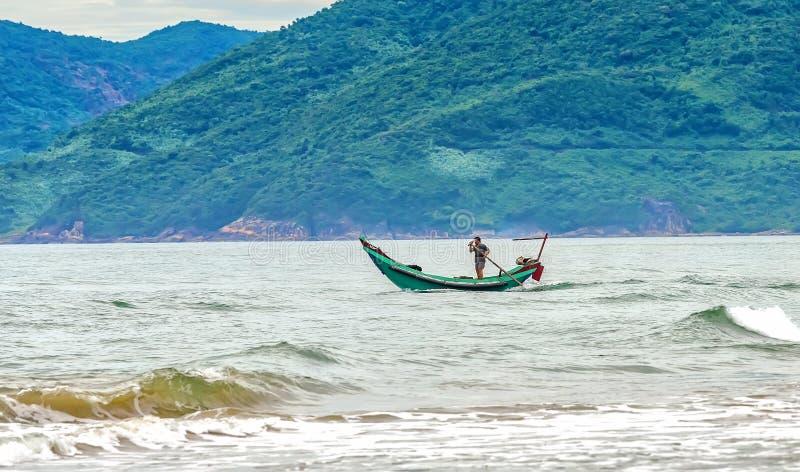 Рыболовы вне к морю стоковое фото
