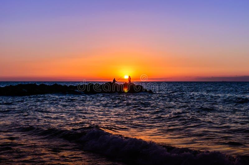 Рыболовы в мягком заходе солнца стоковые изображения rf