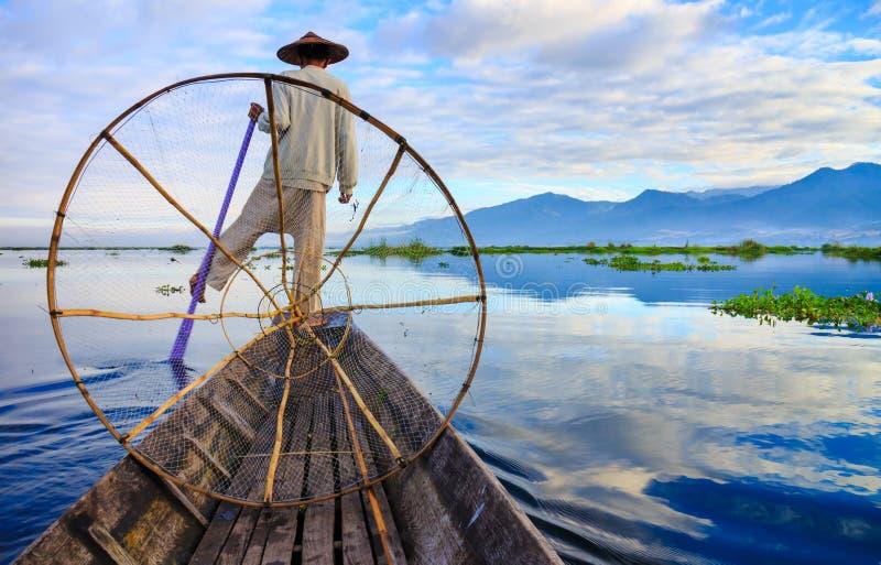 Рыболовы в озере Inle на восходе солнца, положении Шани, Мьянме стоковая фотография rf