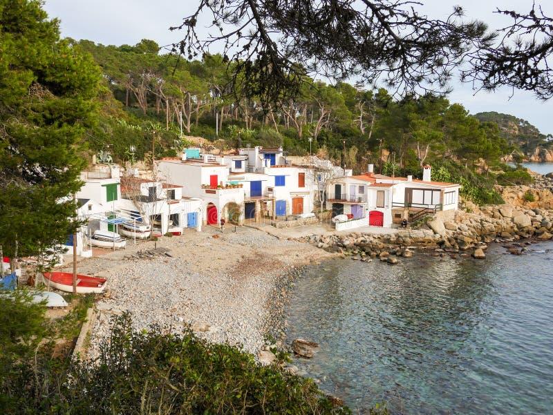 Рыболовы деревня, Белые Дома и шлюпки на скалистом побережье стоковая фотография