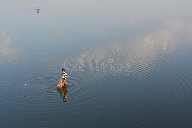 Рыболовы на мосте Ubien, Мьянме стоковые фото
