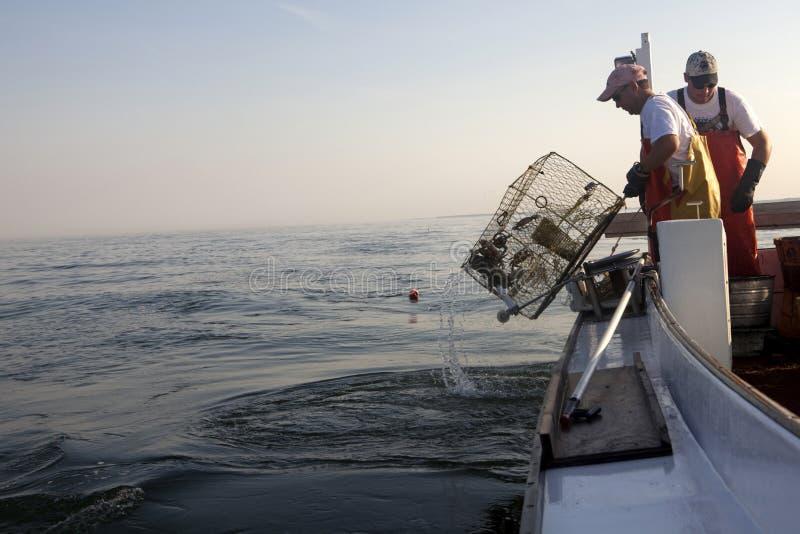 Рыболовы принося в корзины стоковая фотография rf