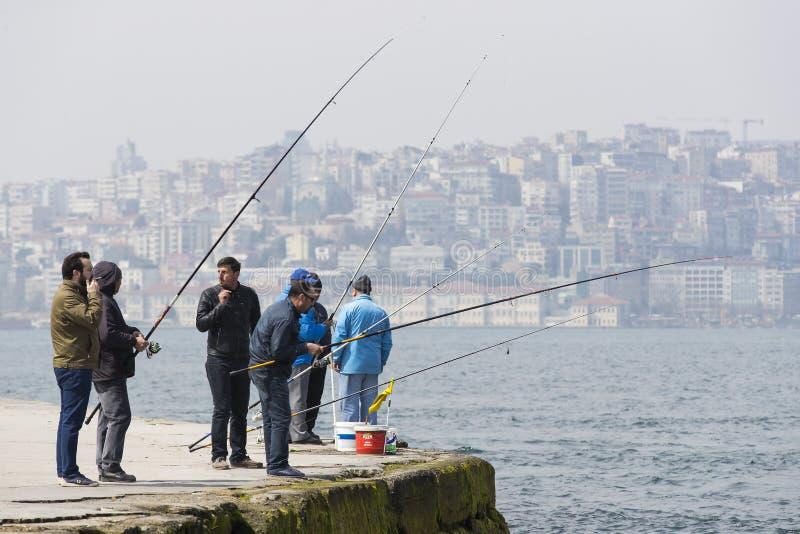 Рыболовы удят на банках Bosphorus в Стамбуле Турции стоковые изображения rf