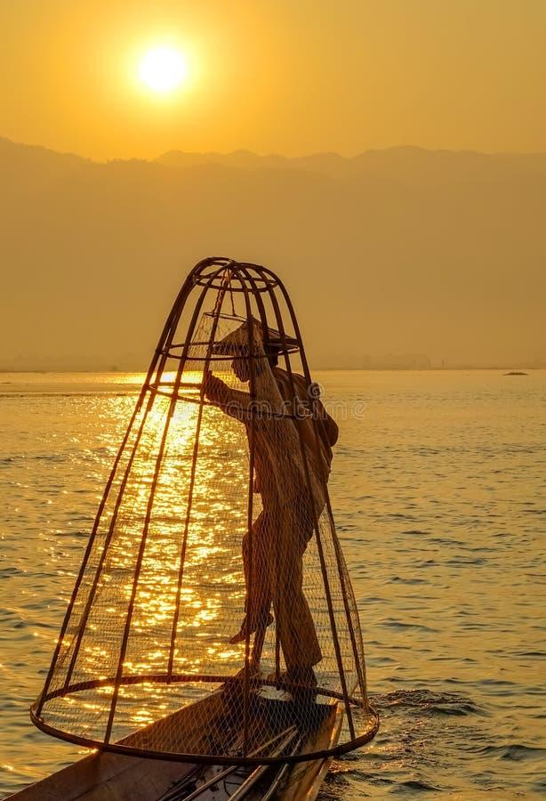 Рыболов на озере Inle, Шейн, Мьянма стоковые изображения rf