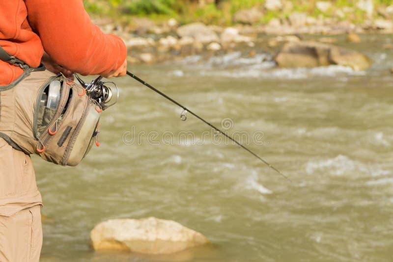 Рыболов на реке горы стоковое изображение