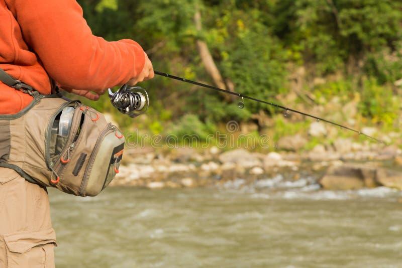 Рыболов на реке горы стоковая фотография
