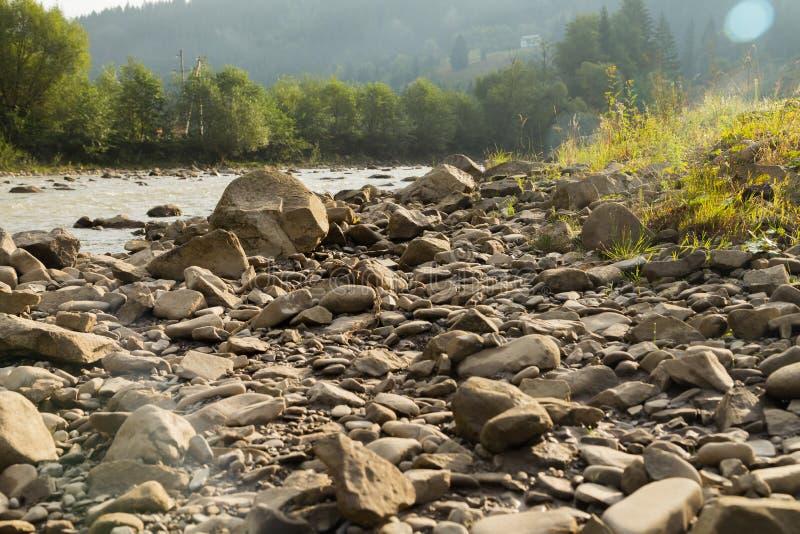 Рыболов на реке горы стоковая фотография rf