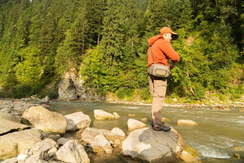 Рыболов на реке горы стоковые фотографии rf