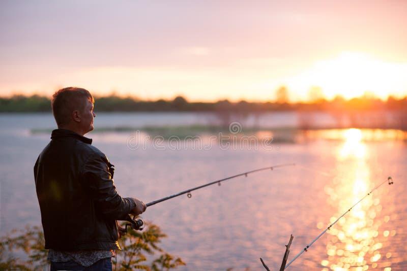 Download Рыболов на речном береге стоковое фото. изображение насчитывающей рыболовство - 40578636