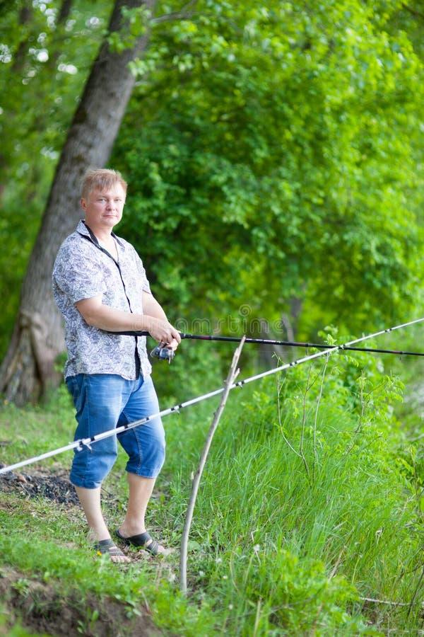Download Рыболов на речном береге стоковое фото. изображение насчитывающей природа - 40578792
