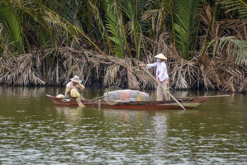 Рыболов на Hoi река, Вьетнам стоковые изображения rf