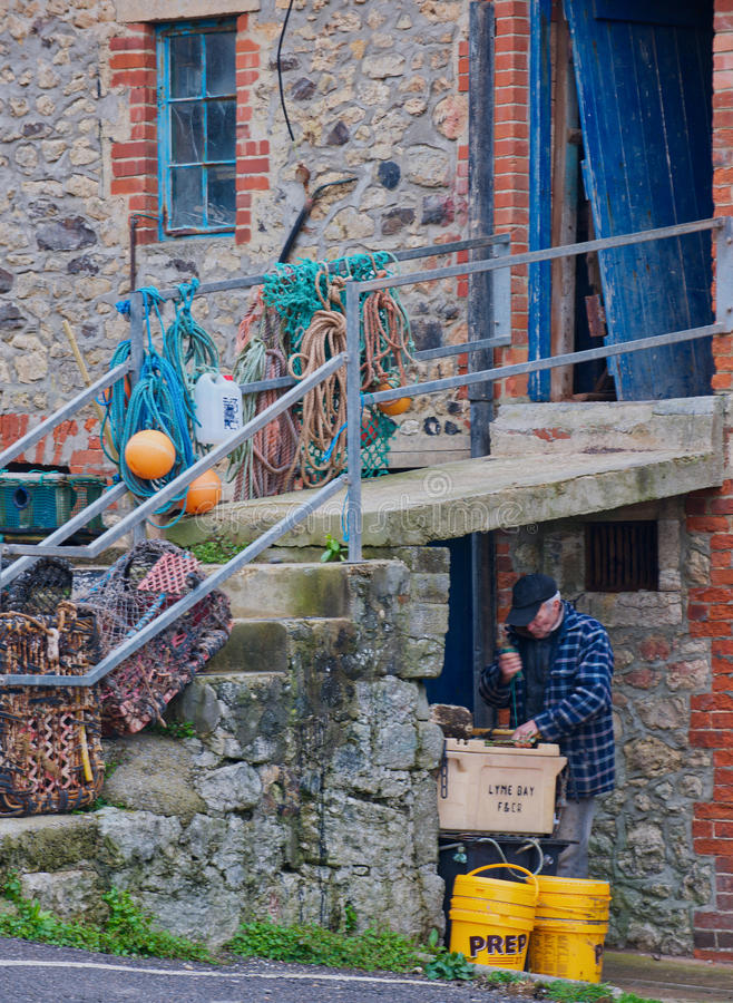 Рыболов подготавливая шестерню стоковое фото