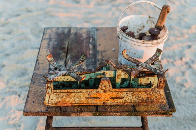Рыболов продавая рыб прямо от шлюпки после задвижки утра стоковое изображение