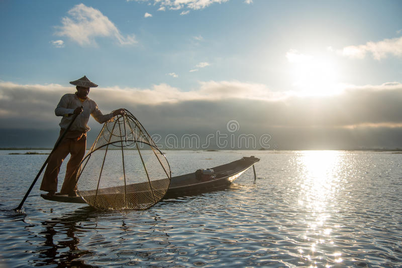 Рыболов Intha на шлюпке в озере Inle, Мьянме стоковые изображения rf